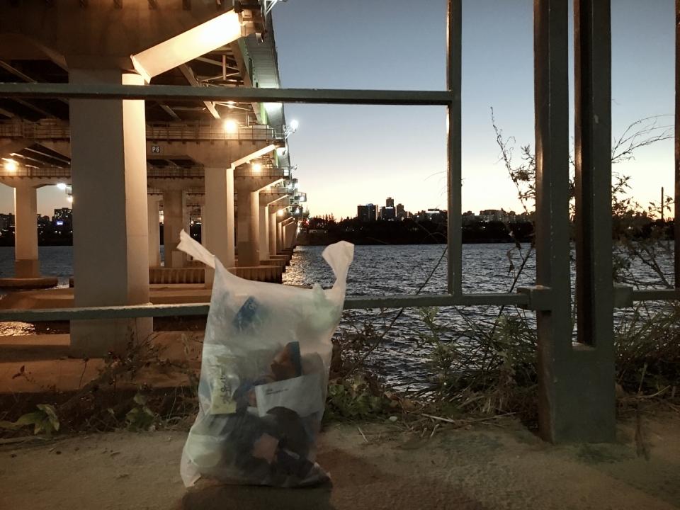 지난 주말 한강 망원지구에서 플로깅을 했다. 한 시간가량 달리면서 쓰레기를 주웠다. 중간에 쓰레기 봉투를 한 번 비우고, 두 번째 채워진 쓰레기 봉투. (곽은영 기자)/그린포스트코리아