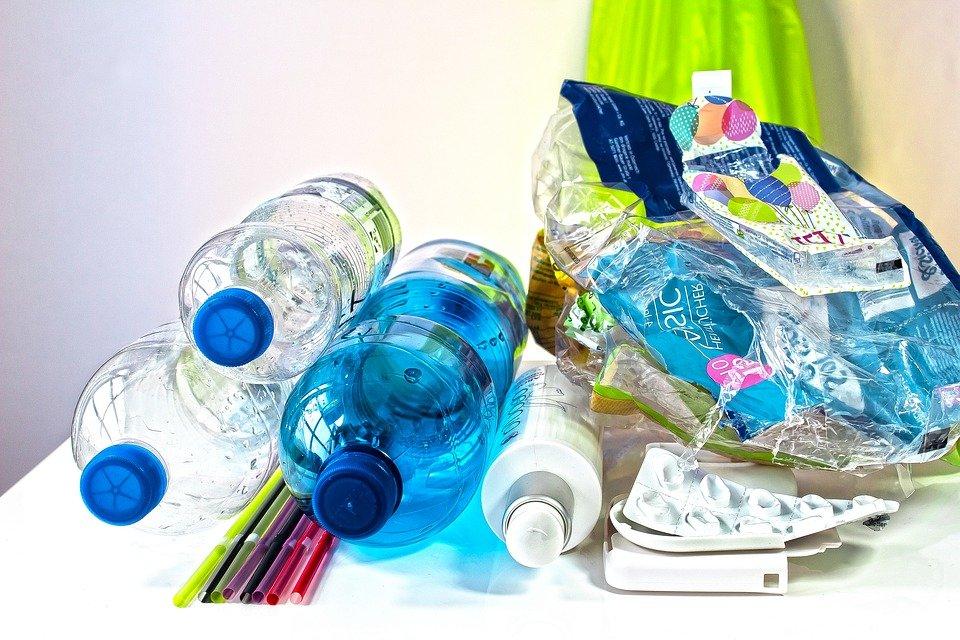 """환경단체 그린피스는 보고서를 통해 """"생활의 편리를 위해 한 번 쓰고 버리는 일회용 플라스틱이 보편화 됐다""""고 언급하면서 """"일회용이 플라스틱 폐기물 급증을 낳고 있다""""고 지적했다. (픽사베이 제공)/그린포스트코리아"""
