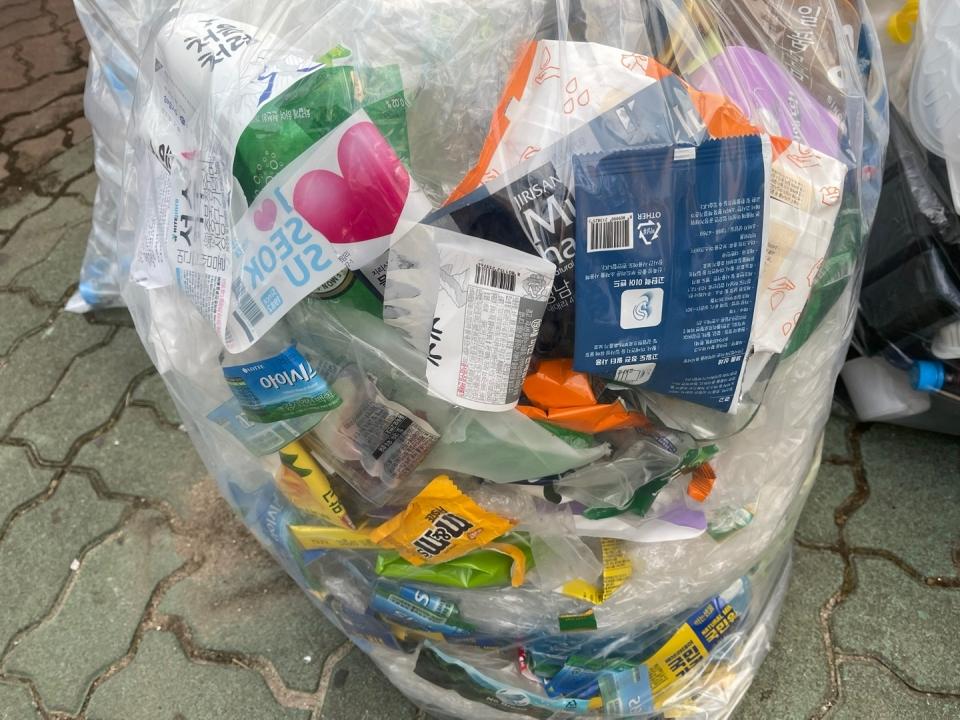 비닐류는 재활용이 가능한 분리배출 품목 중 하나다. 비닐을 분리배출할 때는 이물질이 없도록 세척해서 접지 말고 펼쳐서 버려야 한다. 사진은 분리배출한 비닐을 모아서 분류해 놓은 모습. (곽은영 기자)/그린포스트코리아
