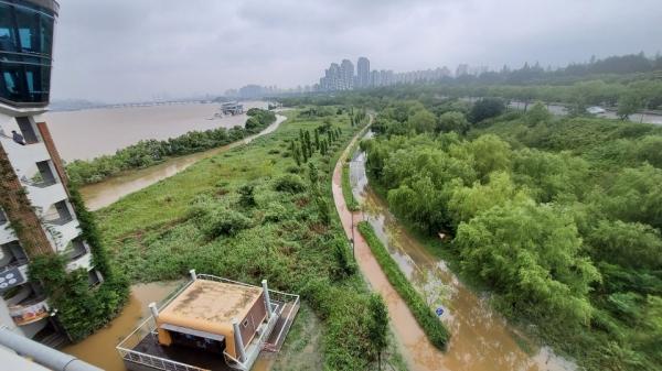 지난 4년간 우리나라 여름철 장마는 '마른장마'였지만, 지난해에는 54일 이라는역대 가장 긴 장마가 이어지기도 했다. 사진은 폭우로 인해 잠긴 동작대교 부근 (이민선 기자)/그린포스트코리아