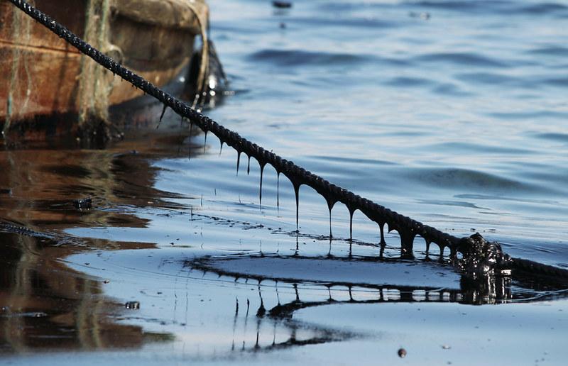 기름 유출로 바다가 오염돼 있는 모습.(출처 flickr)/그린포스트코리아