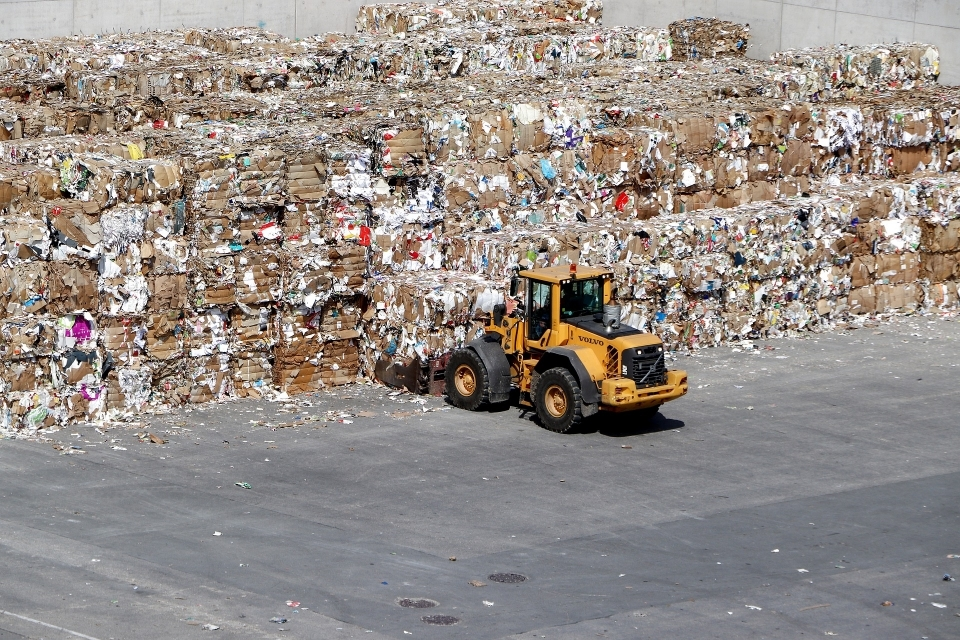 이물질 등이 섞인 폐지의 불법 수출입을 막기 위해 3일부터 폐지도 폐기물 수출입신고 대상에 포함된다. (사진 픽사베이 제공)/그린포스트코리아