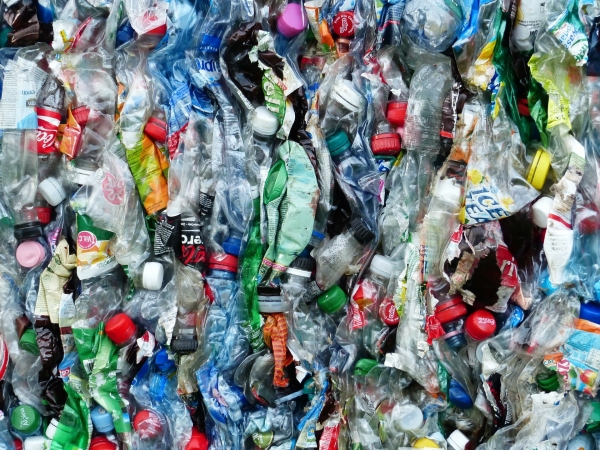 환경부가폐플라스틱 열분해 처리 비중을2030년 100배까지 늘린다.생산된 열분해유는 석유·화학 제품의 원료로 활용될 예정이다. (픽사베이 제공)/그린포스트코리아